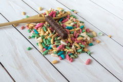 Ainda vida com arroz doce com esmalte do açúcar e doces de chocolate no fundo de madeira Fotos de Stock