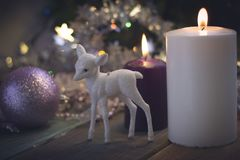 Ainda vida com as bolas das velas e da árvore de Natal Imagem de Stock Royalty Free