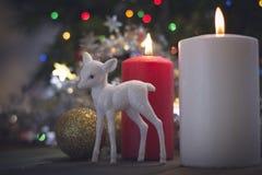 Ainda vida com as bolas das velas e da árvore de Natal Fotografia de Stock