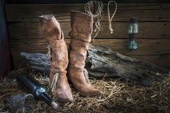 Ainda vida com as botas de couro tradicionais no estúdio do celeiro Imagens de Stock