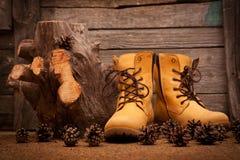 Ainda vida com as botas no fundo de madeira do grunge Imagens de Stock Royalty Free