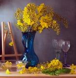 Ainda vida com as flores amarelas bonitas Imagens de Stock