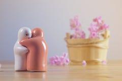 Ainda vida com as flores cor-de-rosa na tabela de madeira sobre o backgro do grunge Imagem de Stock