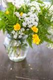 Ainda vida com as flores selvagens e a grama do ramalhete na aba de madeira velha Fotos de Stock Royalty Free