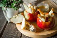 ainda vida com as maçãs no fundo de madeira Fotos de Stock Royalty Free