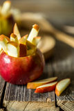 ainda vida com as maçãs no fundo de madeira Fotografia de Stock Royalty Free