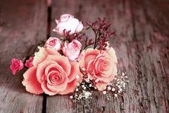 Ainda vida com as rosas no estilo chique gasto Fotografia de Stock
