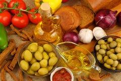 Ainda vida com azeite, azeitonas e pão Fotos de Stock Royalty Free