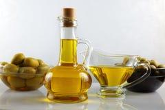 Ainda vida com azeite e azeitonas Fotografia de Stock Royalty Free