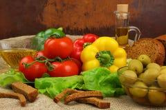 Ainda vida com azeite, vegetais e pão Foto de Stock