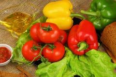 Ainda vida com azeite, vegetais e pão Fotos de Stock Royalty Free