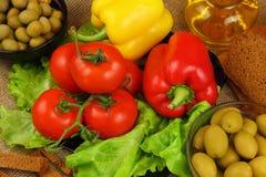 Ainda vida com azeite, vegetais e pão Imagem de Stock Royalty Free