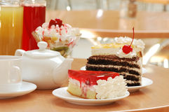 Ainda-vida com bebidas e sobremesas Imagem de Stock Royalty Free