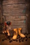 Ainda vida com botas e a câmera retro em de madeira Fotografia de Stock