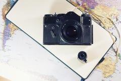 Ainda vida com câmera velha Fotos de Stock Royalty Free