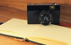 Ainda vida com câmera velha Imagens de Stock Royalty Free