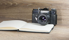 Ainda vida com câmera velha Fotografia de Stock Royalty Free