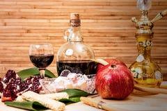 Ainda-vida com cachimbo de água, vinho, grandada e doces Foto de Stock Royalty Free