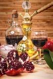 Ainda-vida com cachimbo de água, vinho, grandada e doces Imagens de Stock