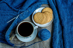 Ainda vida com café e confecção de malhas Fotografia de Stock