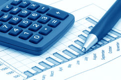Ainda-vida com calculadora, pena e diagrama (azul Imagens de Stock