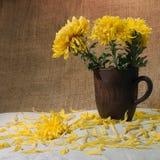 Ainda vida com canecas e flores da argila na toalha de mesa Fotos de Stock