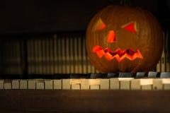 Ainda vida com a cara da abóbora no Dia das Bruxas em outubro foto de stock