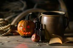Ainda vida com a cara da abóbora no Dia das Bruxas em outubro foto de stock royalty free