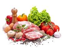 Ainda vida com carne de carne de porco crua e os legumes frescos Fotos de Stock Royalty Free
