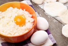 Ainda vida com casa de campo, ovos e pastelaria do queijo Fotografia de Stock Royalty Free