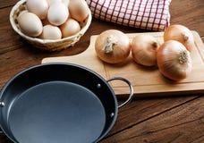 Ainda vida com cebolas e ovos de codorniz Fotos de Stock