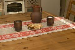 Ainda vida com cerâmica, leite e tubulação na cozinha Fotos de Stock