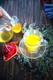Ainda vida com chá do viburnum no guardanapo do pano de saco, no fundo de madeira Imagem de Stock