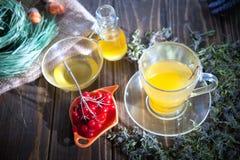 Ainda vida com chá do viburnum no guardanapo do pano de saco, no fundo de madeira Fotografia de Stock Royalty Free