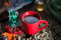 Ainda vida com chá do viburnum no guardanapo do pano de saco, no fundo de madeira Foto de Stock Royalty Free
