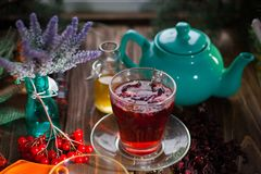 Ainda vida com chá do viburnum no guardanapo do pano de saco, no fundo de madeira Foto de Stock