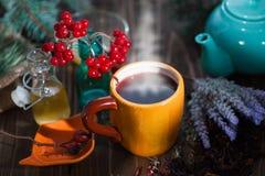 Ainda vida com chá do viburnum no guardanapo do pano de saco, no fundo de madeira Imagens de Stock Royalty Free