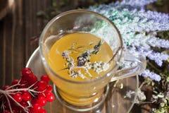 Ainda vida com chá do viburnum no guardanapo do pano de saco, no fundo de madeira Imagem de Stock Royalty Free