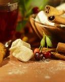Ainda vida com chá, os doces orientais, as cerejas e a canela Fotografia de Stock