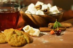 Ainda vida com chá, os doces orientais, as cerejas e a canela Fotografia de Stock Royalty Free