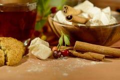 Ainda vida com chá, os doces orientais, as cerejas e a canela Foto de Stock