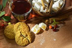 Ainda vida com chá, os doces orientais, as cerejas e a canela Fotos de Stock Royalty Free