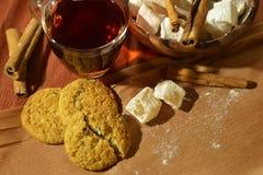 Ainda vida com chá, os doces orientais, e a canela em um fundo marrom Fotografia de Stock Royalty Free