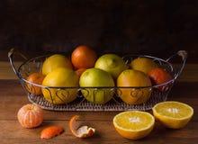 Ainda vida com citrinos na cesta Foto de Stock Royalty Free