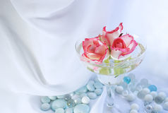 Ainda vida com com as rosas e os mármores imagens de stock royalty free