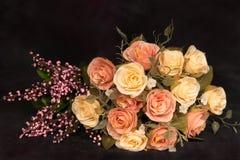 Ainda vida com conceito da obscuridade do ramalhete das flores Fotografia de Stock Royalty Free