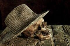 Ainda a vida com crânio e a máquina do tampão tecem Foto de Stock Royalty Free