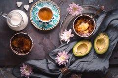 Ainda vida com creme, o abacate e a xícara de café Catalan na opinião superior do fundo de pedra Imagem de Stock Royalty Free
