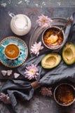 Ainda vida com creme, o abacate e a xícara de café Catalan no vertical de pedra do fundo Foto de Stock