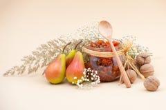 Ainda a vida com doce da pera, peras, secou ervas e nozes em um li Imagem de Stock Royalty Free